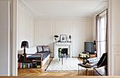 Blick ins Wohnzimmer mit Kassettenwänden und Designermöbeln