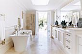 Elegantes Badezimmer mit frei stehender Wanne und Terrassenzugang