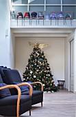 Geschmückter Weihnachtsbaum unter dem Zwischengeschoss