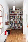 Flur mit raumhohem Bücherregal in Altbauwohnung
