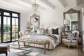 Französischer Stil im Schlafzimmer in Beigetönen