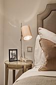 Detail eines Schlafzimmers in Champagnerfarben