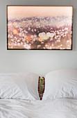 Bild über Doppelbett mit weißer Bettwäsche