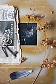 Schwarz-weißes Foto in DIY-Passepartout, Trockenblume, Zeitungspapier und Schlüssel
