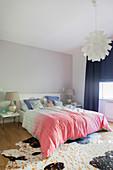 Bettwäsche im Ombre-Stil im femininen Schlafzimmer