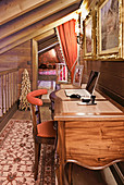 Klassischer Schreibtisch im Flur mit pompöser Dekoration
