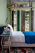 Grünen Backsteinwände und vertikale Fenster im Schlafzimmer