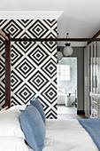 Schwarz-weiße Tapete mit geometrischem Muster im Schlafzimmer, Himmelbett mit Baldachin-Gestell