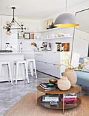 Offene Küche in Weiß in einer kleinen Wohnung