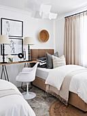 Konsolentisch zwischen zwei Einzelbetten im Schlafzimmer