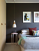 Schwarze Wand und Einbauschränke im modernen Schlafzimmer
