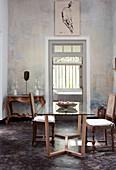 Esstisch mit Glasplatte, antike Stühle und Konsolentisch in französischem Stil im Esszimmer