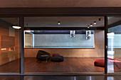 Minimalistischer Wohnraum mit Bodenkissen auf dem Holzboden