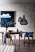 Esstisch und Stühle im Fifties Stil, darüber Pendelleuchten aus Spiraldraht