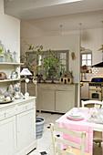 Esszimmer und offene Küche im französischen Landhausstil