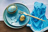 Blaue Ostereier verziert mit Blattgold