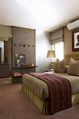 Dezente Farben im Gästezimmer mit Doppelbett