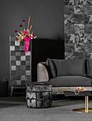 Sofa mit schwarzem Samtbezug, Hocker und Schrank mit Blumengesteck