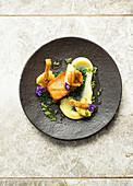 Schweinebauch mitgeröstetem Apfel, Pastinakenpüree und Grünkohl