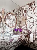 Badezimmer mit Marmor-Wänden und Marmor-Waschtisch