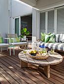 Runder Couchtisch auf der Terrasse mit Holzboden und Sofa