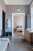Blick vom modernen Bad in Grau ins Schlafzimmer