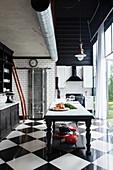 Renovierte, schwarz-weiße Küche mit glänzenden Keramikfliesen