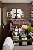Elegantes Wohnzimmer mit gegenüberstehenden Sofas