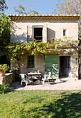 Zweigeschossiges Haus mit Terrassenplatz und Garten