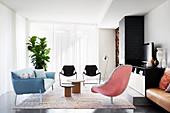 Lounge mit Designer-Sessel, Sofa und Stühlen