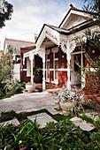 Viktorianisches Backsteinhaus mit üppigen Zierelemente