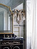 Antiker Waschtisch mit Marmorplatte und Kristallleuchte im Badezimmer in französischem Barockstil