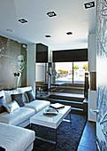 Modernes Wohnzimmer auf kleinem Raum mit mehreren Ebenen