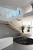 Offenes Wohnen im Achitektenhaus mit Badewanne unter der Treppe