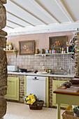 Gemauerte Küche mit grünen Fronten und Regalen