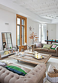 Winterlich dekoriertes Wohnzimmer mit gegenüberstehenden Sofas