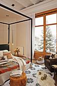 Himmelbett im winterlichen Schlafzimmer in Naturtönen