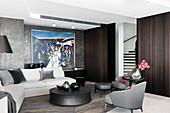 Elegantes Wohnzimmer mit Polstergarnitur und grauer Wand