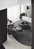 Blick auf Dunkelgraue Designersessel, , Coffeetable und Sofa im Wohnzimmer