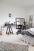 Schreibtisch auf Möbelböcken im Schlafzimmer
