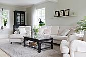 Klassisches Wohnzimmer mit Möbeln in Schwarz und Weiß