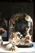Nostalgische Deko mit filigranem Blumenkranz unter einer Glashaube