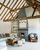 Wohnzimmer im Landhaus mit offenem Dach