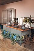 Festlich gedeckter Tisch mit Vintage-Flair und vielen Blumen