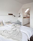 Weißes Schlafzimmer mit Doppelbett, Blick in den Flur