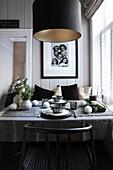 Winterlich gedeckter Tisch in Schwarz, Grau und Weiß