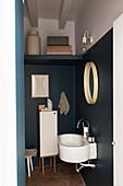 Kleines Bad mit zweifarbig gestrichenen Wänden