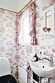 Red-and-white, toile-de-jouy patterns in vintage-style bathroom
