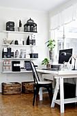 Arbeitszimmer in Schwarz-Weiß