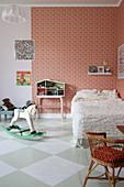 Kinderzimmer im Vintage-Stil mit Schachbrettmusterboden